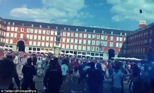 """Hooligan quấy rối: Cảnh sát ra tay, Leicester """"méo mặt"""" - 3"""