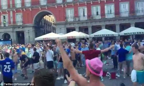 """Hooligan quấy rối: Cảnh sát ra tay, Leicester """"méo mặt"""" - 1"""