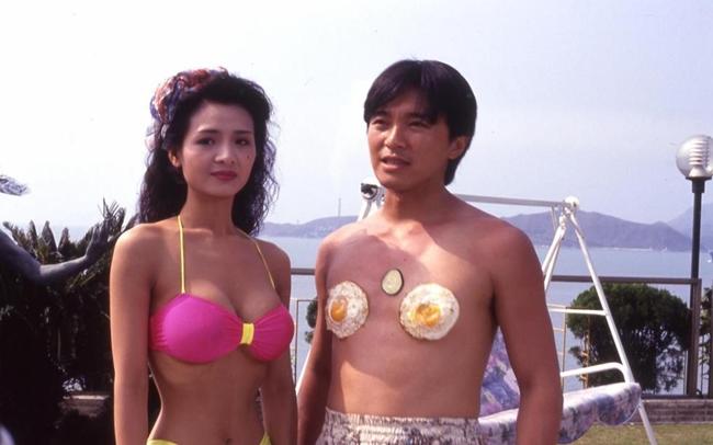 Diệp Tử My là người tình bốc lửa và có nhiều cảnh nóng nhất với Châu Tinh Trì. Vua hài Hong Kong từng chia sẻ, vẻ đẹp thuở thanh xuân của cô đến nay chưa có 'Tinh mỹ nhân' (mỹ nhân được Châu Tinh Trì phát hiện và lăng xê)nào sánh kịp. Trong ảnh,Diệp Tử My tự tin khoe dáng cùng Châu Tinh Trì trong phim 'Thánh tình' 1991.