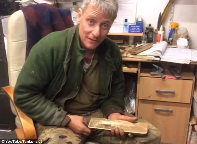 Khoảnh khắc vớ được kho vàng 56 tỷ từ xe tăng cổ ở Anh - 2