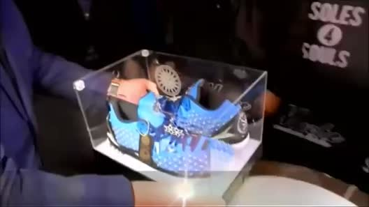 """""""Gục ngã"""" trước đôi giày đắt nhất hành tinh có giá 91 tỷ"""