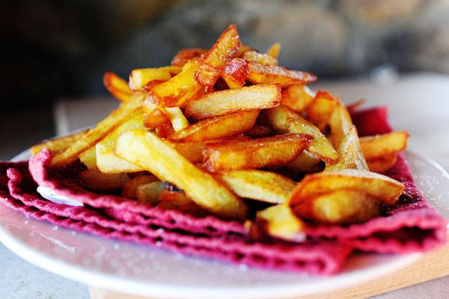Tuyệt chiêu làm khoai tây chiên giòn mềm, ngon hơn ngoài hàng - 1