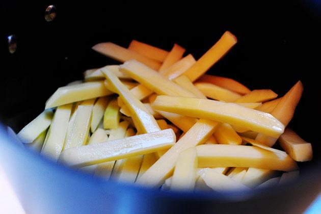 Tuyệt chiêu làm khoai tây chiên giòn mềm, ngon hơn ngoài hàng - 2