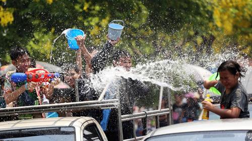 Trốn cái 'nóng muốn bùng cháy' của mùa hè cùng 8 lễ hội nước nổi tiếng TG - 7