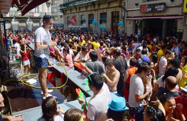 Trốn cái 'nóng muốn bùng cháy' của mùa hè cùng 8 lễ hội nước nổi tiếng TG - 10