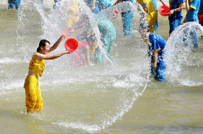 Trốn cái 'nóng muốn bùng cháy' của mùa hè cùng 8 lễ hội nước nổi tiếng TG - 8