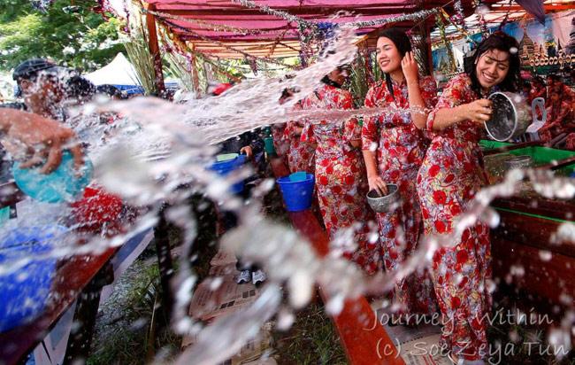 Trốn cái 'nóng muốn bùng cháy' của mùa hè cùng 8 lễ hội nước nổi tiếng TG - 6