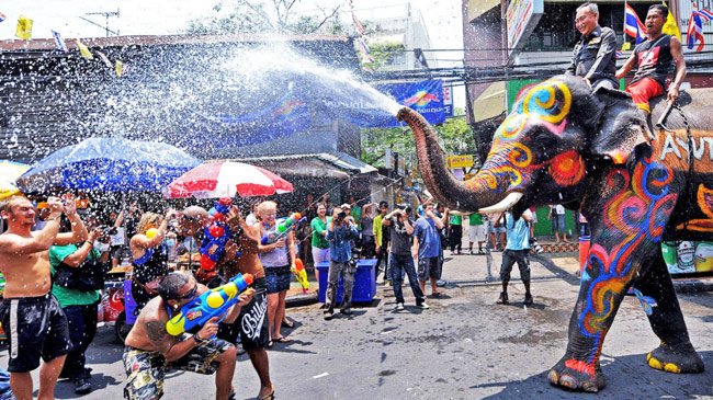 Trốn cái 'nóng muốn bùng cháy' của mùa hè cùng 8 lễ hội nước nổi tiếng TG - 1