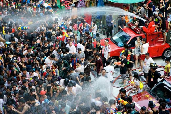 Trốn cái 'nóng muốn bùng cháy' của mùa hè cùng 8 lễ hội nước nổi tiếng TG - 2