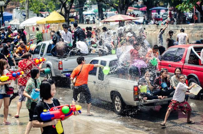 Trốn cái 'nóng muốn bùng cháy' của mùa hè cùng 8 lễ hội nước nổi tiếng TG - 3
