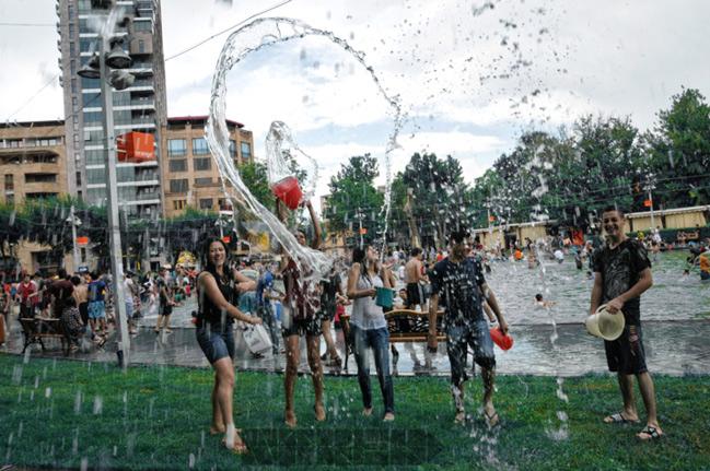 Trốn cái 'nóng muốn bùng cháy' của mùa hè cùng 8 lễ hội nước nổi tiếng TG - 15