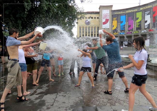 Trốn cái 'nóng muốn bùng cháy' của mùa hè cùng 8 lễ hội nước nổi tiếng TG - 14