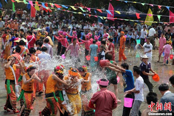Trốn cái 'nóng muốn bùng cháy' của mùa hè cùng 8 lễ hội nước nổi tiếng TG - 9
