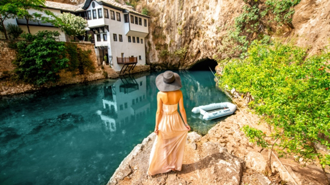 1. Làng Blagaj, Bosnia và Herzegovina: Blagaj, một ngôi làng nhỏ nằm giữa những thác nước ở lưu vực sông Mostar thuộc hai quốc gia Bosnia và Herzegovina.Tu viện Tekke màu trắng với những ô cửa nhỏ nằm dưới những vách đá là linh hồn của ngôi làng, là nơi bí ẩn nhất ở đất nước Bosnia và Herzegovina.