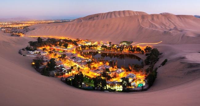 2. Thị Trấn Huacachina, Peru: Mất khoảng 5 giờ để di chuyển từ thủ đô của Peru đến Huacachina. Thị trấn nằm giữa lòng sa mạc rộng lớn này được mệnh danh là nơi đẹp và bình yên nhất trên trái đất.