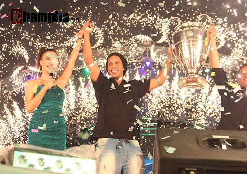 Dàn người đẹp ôm chầm siêu sao Ronaldinho ở Cần Thơ - 1