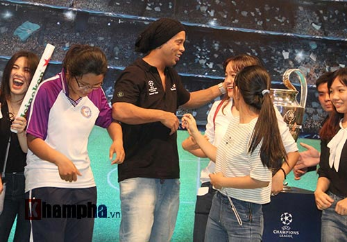 Dàn người đẹp ôm chầm siêu sao Ronaldinho ở Cần Thơ - 10