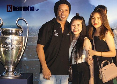 Dàn người đẹp ôm chầm siêu sao Ronaldinho ở Cần Thơ - 12