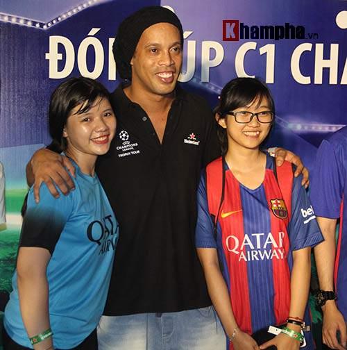 Dàn người đẹp ôm chầm siêu sao Ronaldinho ở Cần Thơ - 13