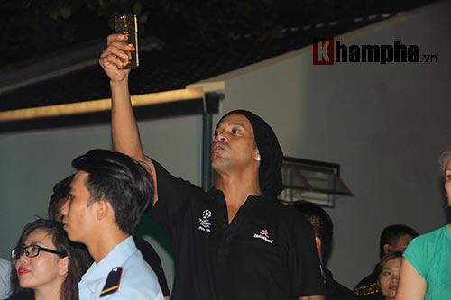 Dàn người đẹp ôm chầm siêu sao Ronaldinho ở Cần Thơ - 15