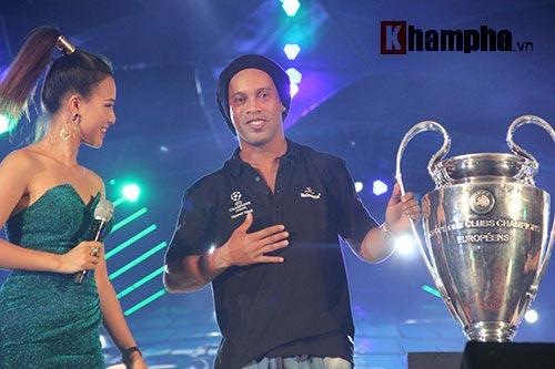 Dàn người đẹp ôm chầm siêu sao Ronaldinho ở Cần Thơ - 3