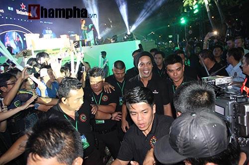 Dàn người đẹp ôm chầm siêu sao Ronaldinho ở Cần Thơ - 5