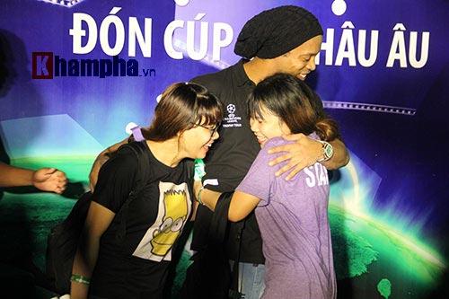 Dàn người đẹp ôm chầm siêu sao Ronaldinho ở Cần Thơ - 6