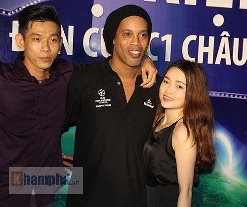 Dàn người đẹp ôm chầm siêu sao Ronaldinho ở Cần Thơ - 7
