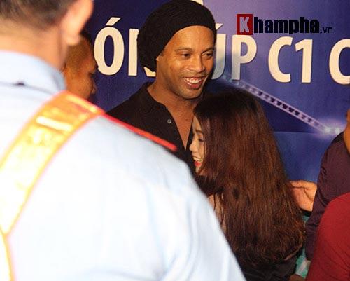 Dàn người đẹp ôm chầm siêu sao Ronaldinho ở Cần Thơ - 8