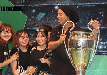 Dàn người đẹp ôm chầm siêu sao Ronaldinho ở Cần Thơ - 9