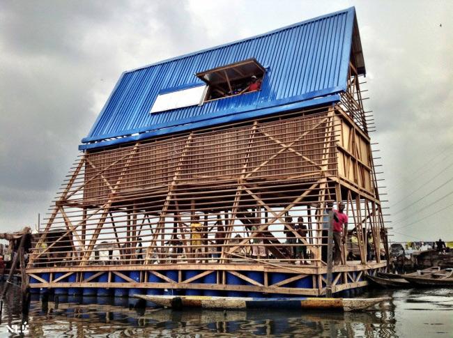 Trường học nổi Makoko tại Lagos, Nigeria. Đây là một ngôi nhà độc đáo nằm trên khu đầm phá ở ven biển châu Phi. Ngôi trường với đầy đủ khu vui chơi, lớp học có khả năng đảm bảo an toàn cho khoảng 100 học sinh, ngay cả trong điều kiện thời tiết khắc nghiệt