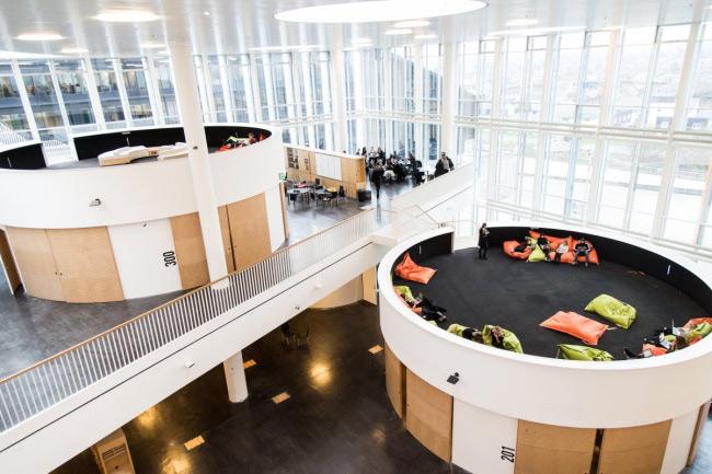 Trường học hình lập phương ở Copenhagen, Đan Mạch. Điểm độc đáo là ngôi trường này chỉ có duy nhất một phòng học khổng lồ, được bao bọc bằng kính trong suốt, đủ cho 1100 học sinh trung học. Trong phòng được chia làm nhiều không gian nhỏ hình chiếc trống với chỗ ngồi thoải mái, giúp khuyến khích tư duy sáng tạo, linh hoạt của học sinh.