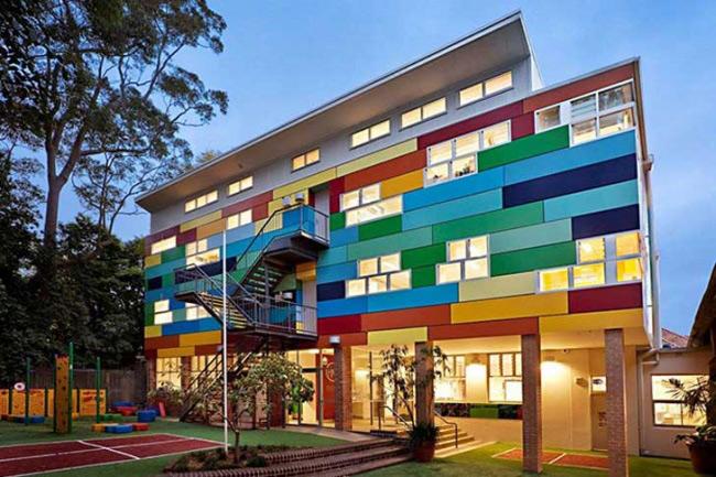 Trường học tiếp cận từng học sinh ở Australia. Ngoài việc có kiến trúc độc đáo, tràn ngập màu sắc và ánh sáng, phương pháp giáo dục ở đây cũng hoàn toàn khác biệt so với truyền thống. Kế hoạch học tập được xây dựng cho từng học sinh, do giáo viên và phụ huynh cùng sắp xếp.