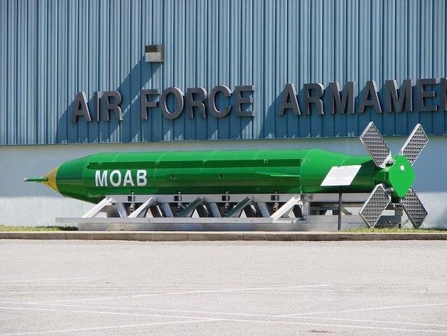 """Mỹ bất ngờ ném """"Mẹ của các loại bom"""" lớn nhất lịch sử - 1"""
