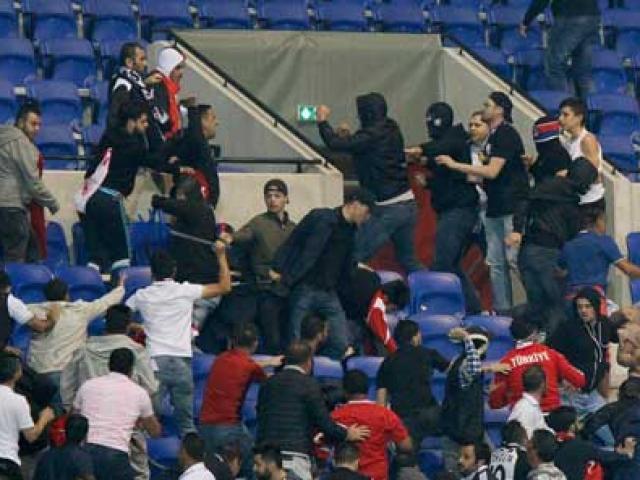 Europa League: CĐV hỗn chiến, choảng cả fan nhí