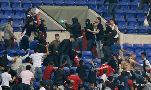 Europa League: CĐV hỗn chiến, choảng cả fan nhí - 1