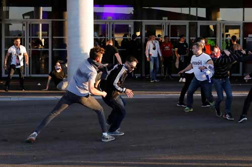 Europa League: CĐV hỗn chiến, choảng cả fan nhí - 12