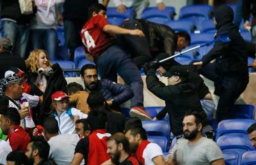 Europa League: CĐV hỗn chiến, choảng cả fan nhí - 2