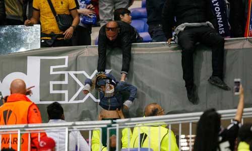 Europa League: CĐV hỗn chiến, choảng cả fan nhí - 3