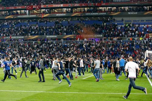 Europa League: CĐV hỗn chiến, choảng cả fan nhí - 4