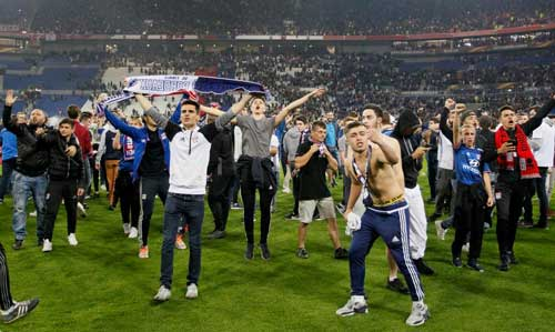 Europa League: CĐV hỗn chiến, choảng cả fan nhí - 5