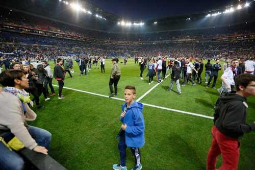 Europa League: CĐV hỗn chiến, choảng cả fan nhí - 6