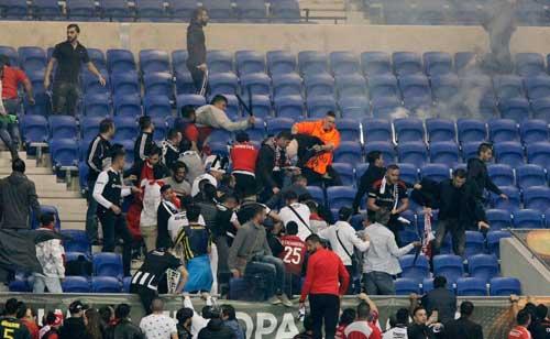 Europa League: CĐV hỗn chiến, choảng cả fan nhí - 9