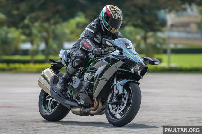 Kawasaki Ninja H2 được trình làng lần đầu tiên tại Ấn Độ vào tháng 4/2015, trong khi các phiên bản Ninja H2R và H2 Carbon là lần đầu tiên đến với quốc gia đông dân này.