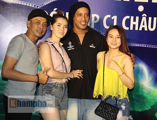 Vợ Công Vinh đẹp hết mức, Ronaldinho vẫn hờ hững - 9