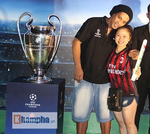 Vợ Công Vinh đẹp hết mức, Ronaldinho vẫn hờ hững - 11