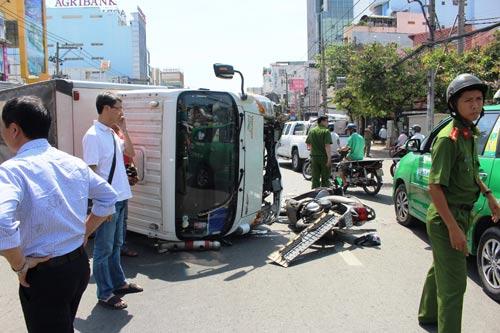 Tránh xe máy chạy cắt mặt, xe tải gây họa cho cặp vợ chồng - 1