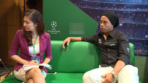 """Có vợ nóng bỏng, Ronaldinho vẫn bị """"hớp hồn"""" bởi các cô gái Việt Nam - 4"""