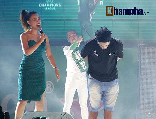 """Có vợ nóng bỏng, Ronaldinho vẫn bị """"hớp hồn"""" bởi các cô gái Việt Nam - 7"""