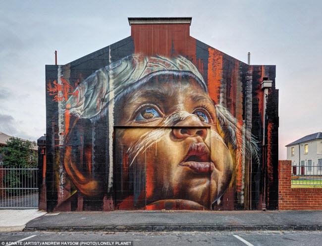 Bức tranh em bé nhìn lên bầu trời là điểm nhấn trên phố Saxon ở Brunswick, Melbourne, Australia. Đây là một trong nhiều tác phẩm nghệ thuật đường phố ở khắp thành phố và được người dân địa phương rất ưa thích.